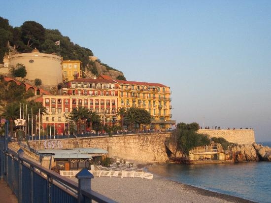 Hotel La Perouse: Walking back to the hotel along Promenade des Anglais