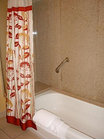Courtyard Bristol: Tub/shower