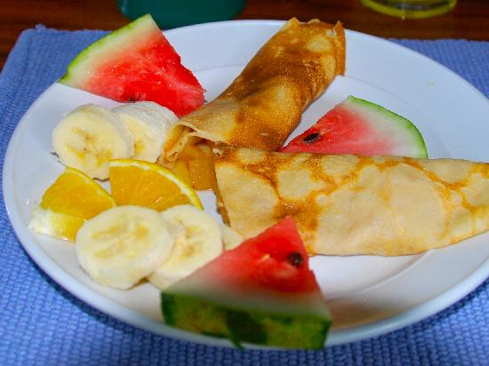 Sueno del Mar Beachfront Bed & Breakfast: Fruit Filled crepes and fresh fruit