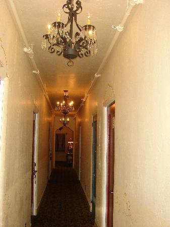 Half Moon Bay Inn: Hallway to rooms