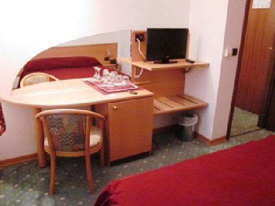 Hotel Fontana: テーブル・テレビ等