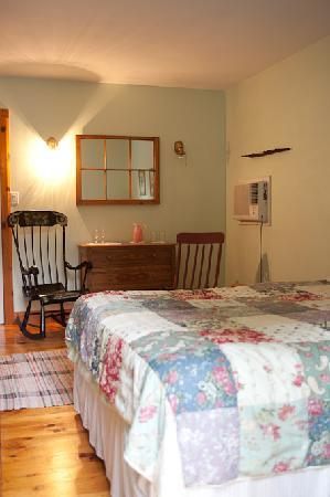 Jackson's Falls Country Inn: Coach House Green Room queen and queen pull out | shared kitchenette