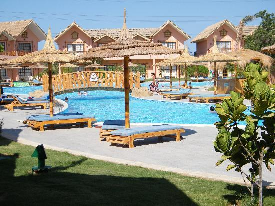 Bungalows aussen picture of jungle aqua park hurghada for Aqua piscine otterburn park