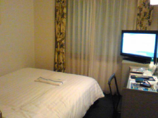 Premier Hotel–CABIN–Shinjuku: 室内、テーブルがめちゃ狭い