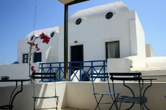 Oia's Sunset Apartments: breakfast area near to the bar :)