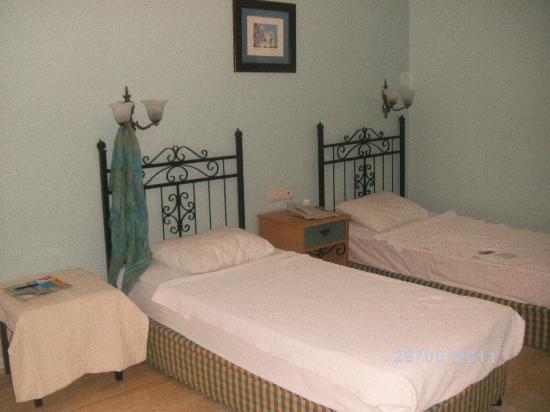 Hotel Comca Manzara: chambre très spacieuse et propre , en plus chacun a sa petite terrasse devant sa porte, coir plu