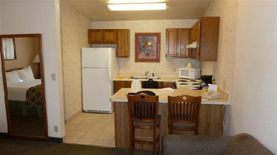 Best Western Lamplighter Inn & Suites at SDSU: la chambre avec cuisine équipée