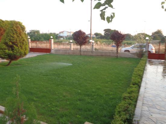 Asfodelos Apartment Hotel: garden
