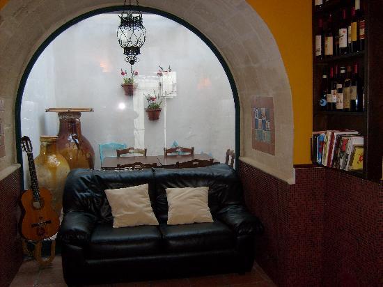 Avetrana, إيطاليا: angolo salotto per degustazione vini, lettura e relax