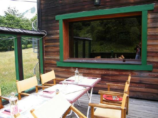 Gite - Auberge Le Chamois: tavoli all'esterno