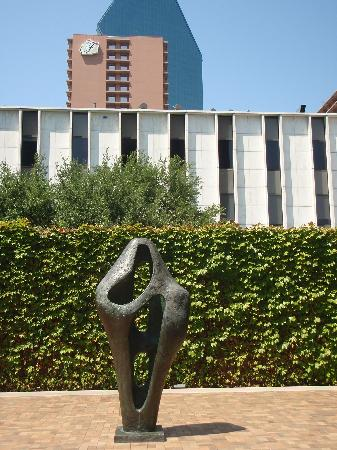Dallas Museum of Art: Art Garden outside the museum