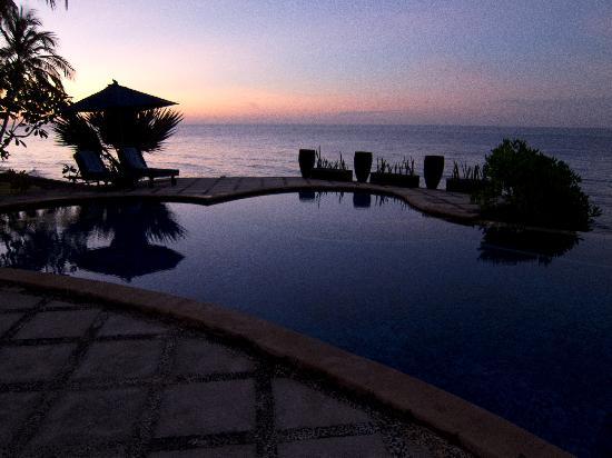 Agung Bali Nirwana Private Luxury Villas: Pool at sunset