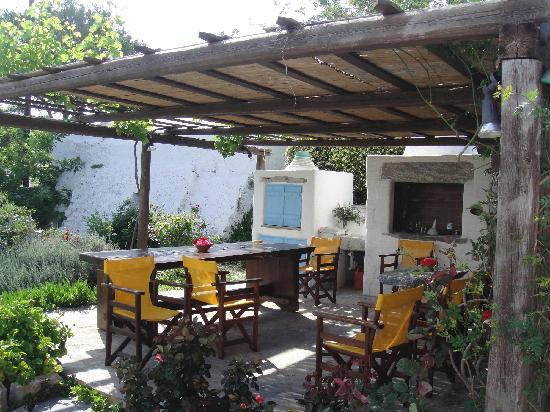 Emprostiada Traditional Guest House: Area in the garden