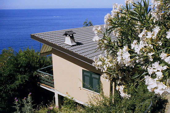 La Francesca: a cottage in the park facing the sea