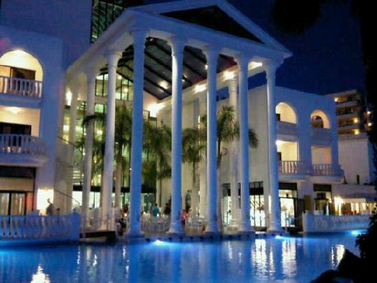 Guayarmina Princess Hotel: pool area at night