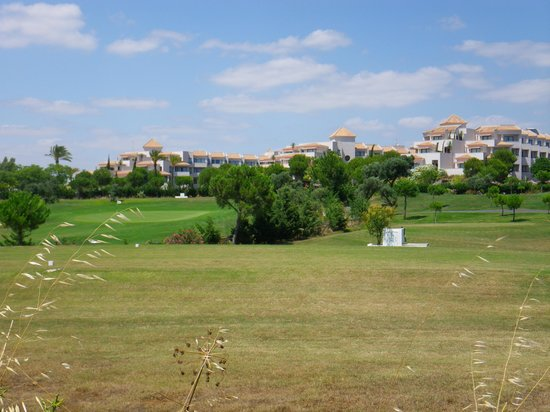 Precise Resort El Rompido - The Apartments: l'hôtel vu de la pinède (route du village)