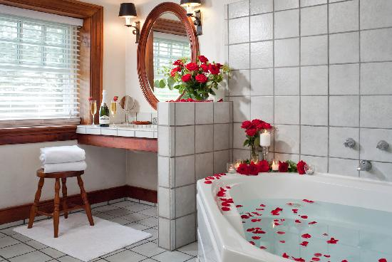Historic Smithton Inn: Crimson Dove jacuzzi tub