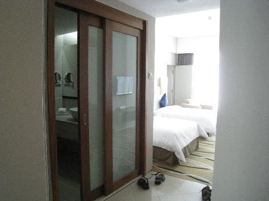 Delicieux The Zenith Hotel, Kuantan: Sliding Door To Bathroom