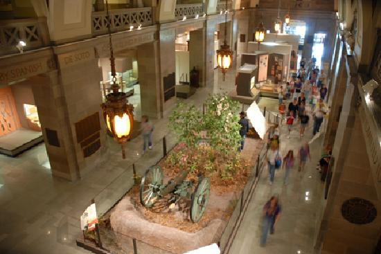 Jefferson City, MO: Temporary and long-term exhibits line the halls of the Missouri State Museum. Check out the Civi