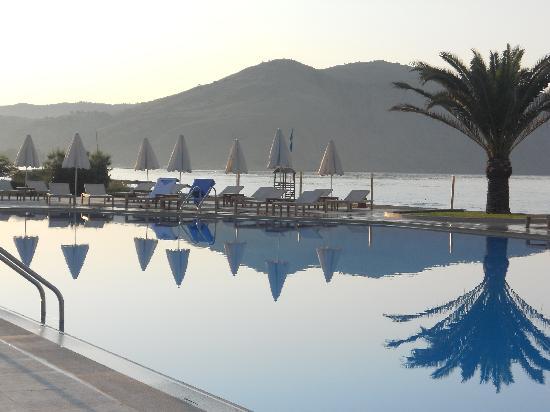 Pilot Beach Resort : Piscine coté Mer