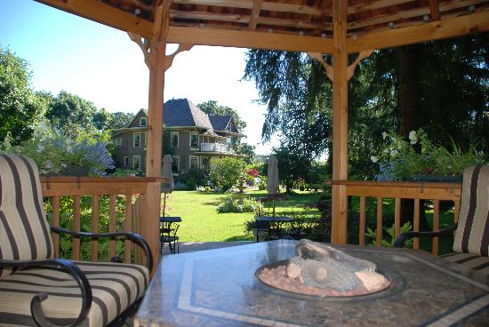 Dundee Manor Bed and Breakfast: Dundee Manor viewed from gazebo