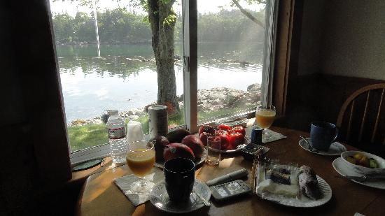 Edgewater Motel & Cottages : Breakfast at cottage 3