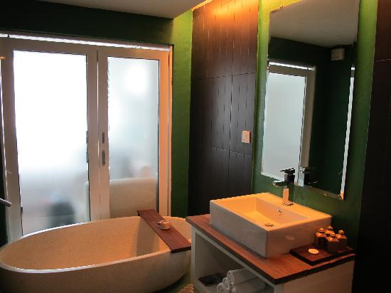 Batik Boutique Hotel: The awesome bathroom!
