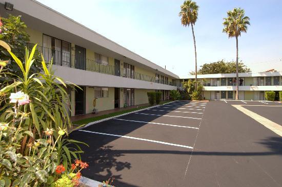 Vagabond Inn Los Angeles at USC: parking area