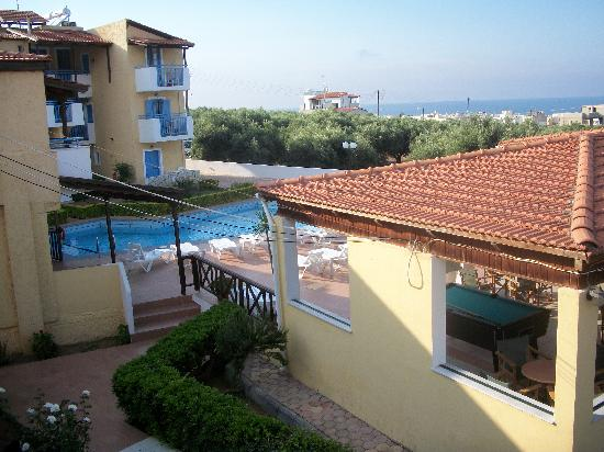 Mareva Apartments: pool and pool bar area