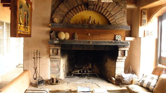 Les Artistes : fireplace in lobby