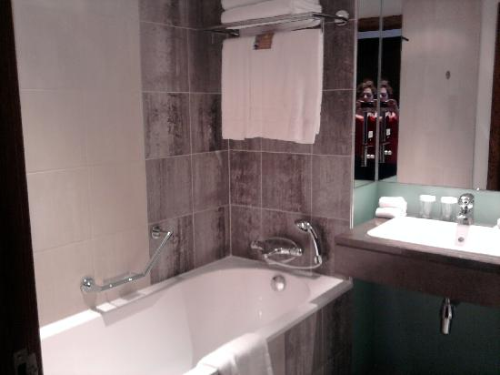 Hilton London Canary Wharf: bathroom,speakers in ceiling!