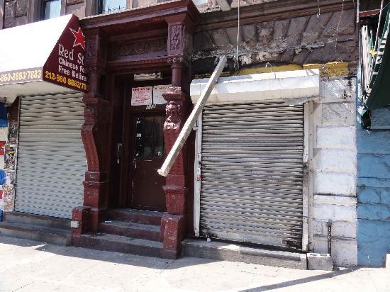 Uchino Domitory: うちのドミトリーのある通りはほとんどのビルが潰れています。看板が崩れ落ちている隣がドミトリー入り口です。到着早々テンション下がりました。