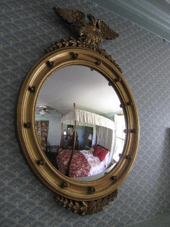 Peach Grove Inn: Bedroom Mirror