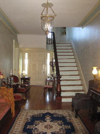 Peach Grove Inn: Front Hall