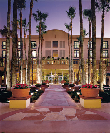 Tempe Mission Palms Hotel and Conference Center: Courtyard Evening