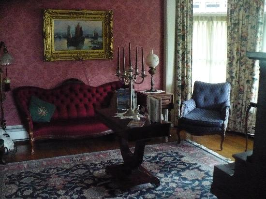 Lady of the Lake Bed and Breakfast : The parlor at the Lady of the Lake