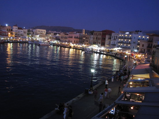 Casa Leone Boutique Hotel: view of harbour below at night