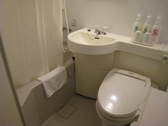 Ueno Touganeya Hotel: Toilet with shower