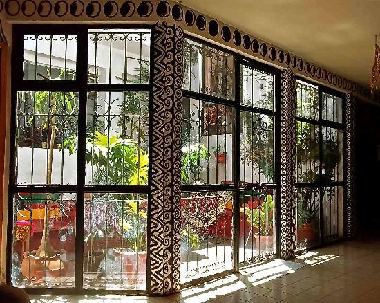 Hostal Tata Inti: Patio with Flowers and Plants