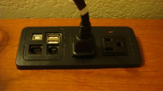 Good Nite Inn Fremont: Extra plug on the desk, nice touch.