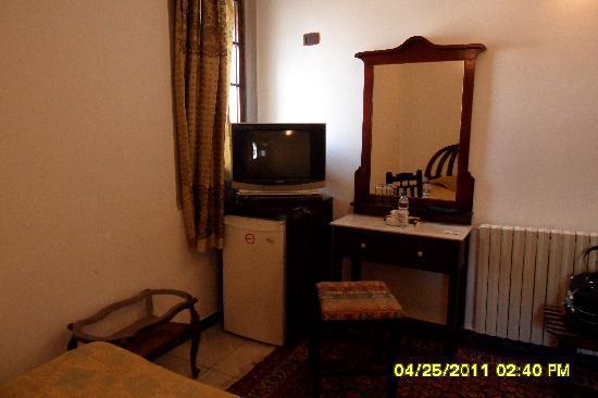 Orient House : Schreibtisch mit TV