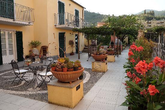 A Durmi: Courtyard outside our room
