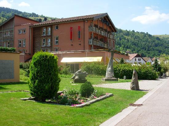 Ibis La Bresse Gerardmer : une vue de l'Hôtel de loin