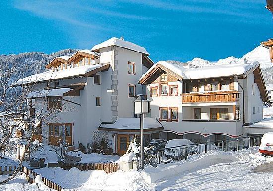 Hotel Garni Alpina: Garni Hotel Alpina Serfaus, Austria in winter