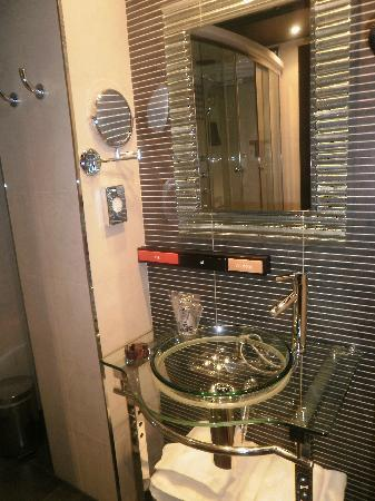 Royal Nayef Hotel: Baño