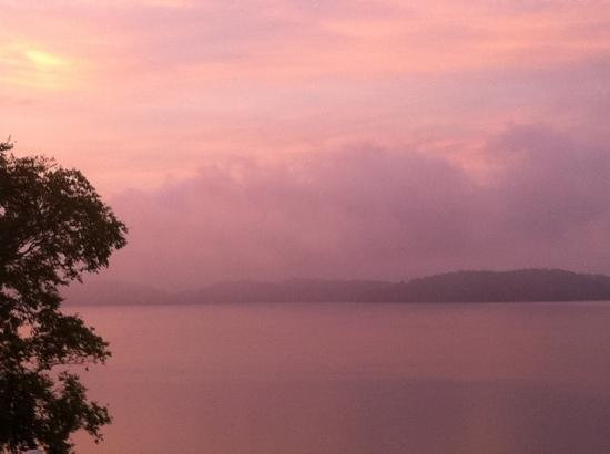 Mountain Harbor Inn Resort On the Lake: sunrise