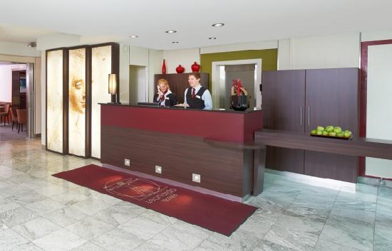 Leonardo Hotel & Residence München: Rezeption