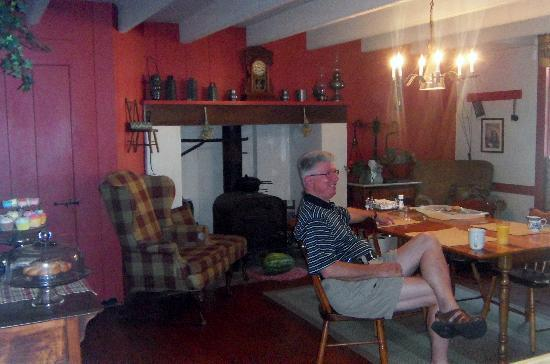 Causey Mansion Bed & Breakfast: All are welcome in the kitchen!