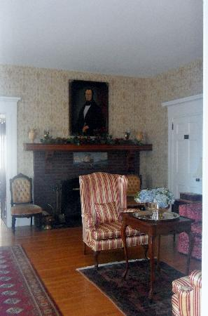 Causey Mansion Bed & Breakfast : Gracious living area