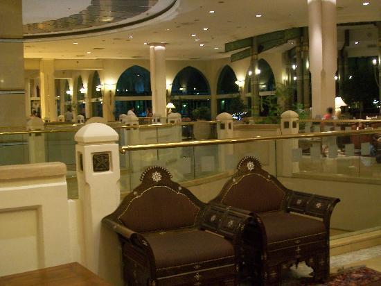 Herods Palace Hotel Eilat: Hall d'arrivée, de nuit
